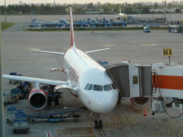 Avio karte Beograd Antalija aerodrom avion na terminalu