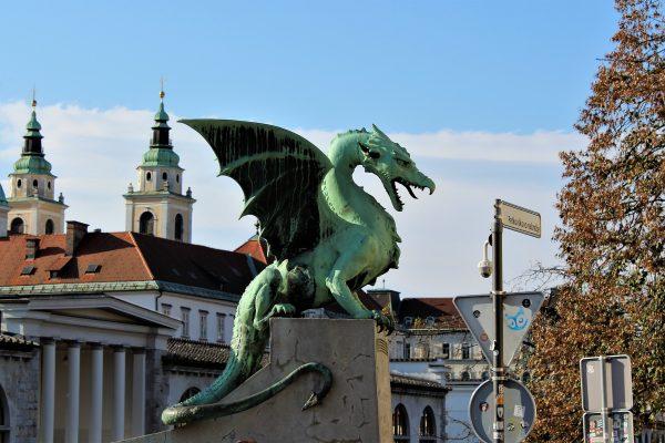 Avio karte Beograd Ljubljana statua zmaja u centru